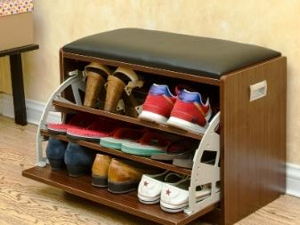 d0547d68cd Επιλέγουμε έναν οθωμανικό στο διάδρομο με κουτί για παπούτσια ...